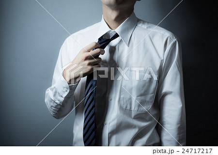 ネクタイを緩めるの写真素材 Pixta