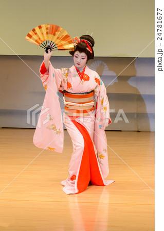 日舞 日本舞踊 踊る 扇子の写真...