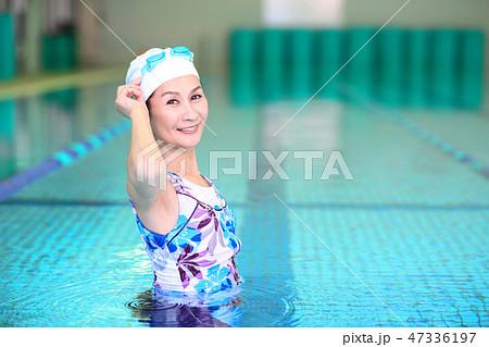 bf5f3398e97 プール 60代 水着 シニアの写真素材 - PIXTA