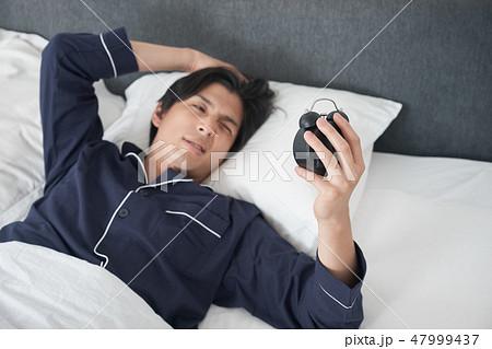 ベッドで目覚める男性